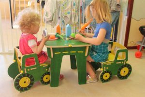 Kinderopvang Bambaloe Groningen Zuid - binnen spelen aan tafel